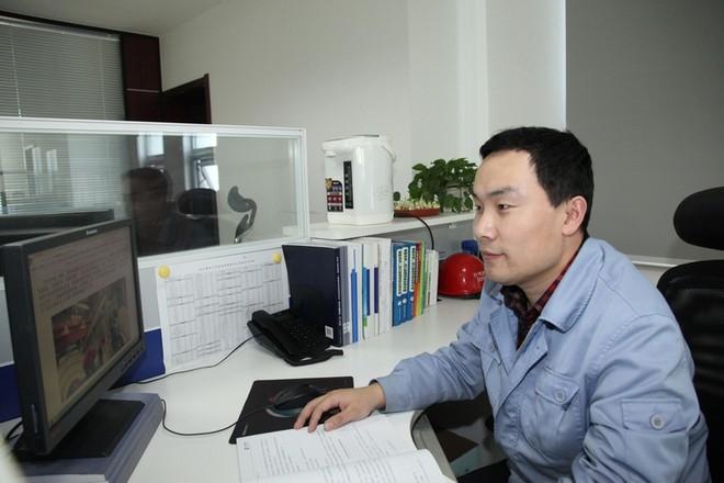 赵朝峰对正在认真学习汽机专业相关知识.jpg
