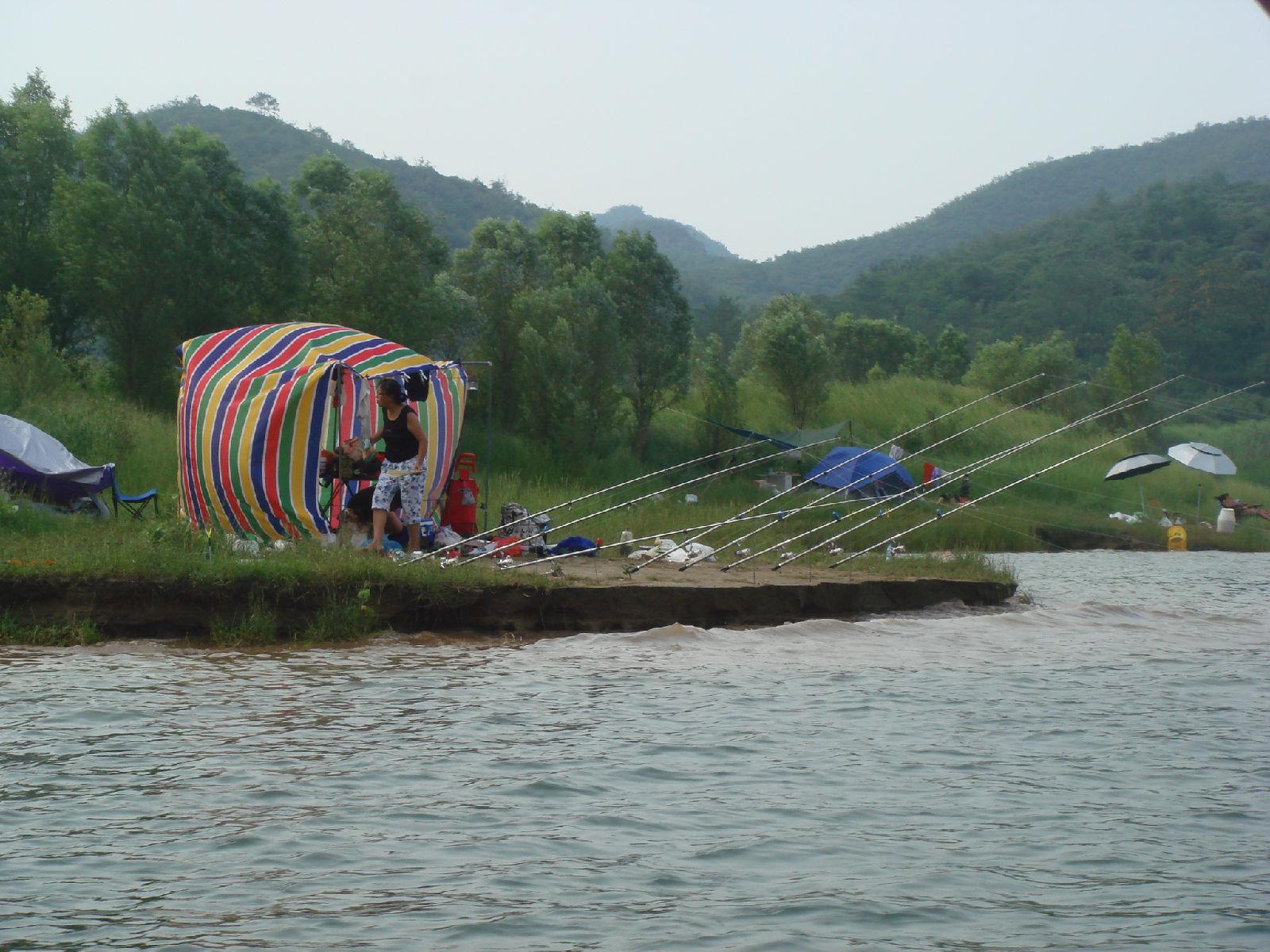 最高山峰摩天岭位于蔡家峪乡与涞水县交界处
